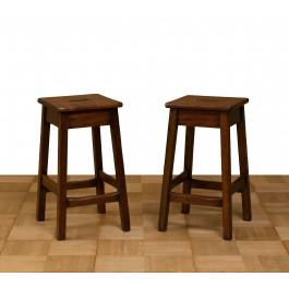 Cinque sgabelli in legno di pino quadrati alti